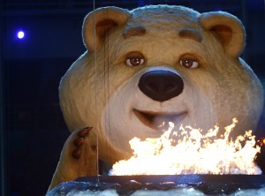 Мишка задувает огонь и плачет (не тот, который спал на церемонии открытия)